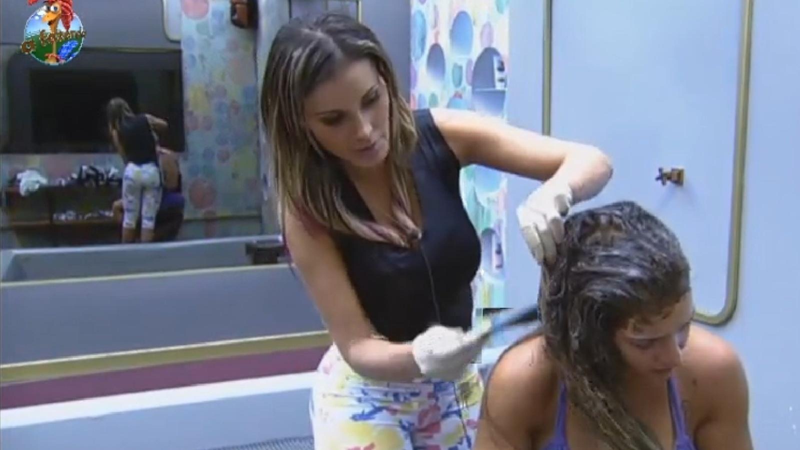 29.jul.2013 - Andressa Urach ajuda Denise a pintar os cabelos