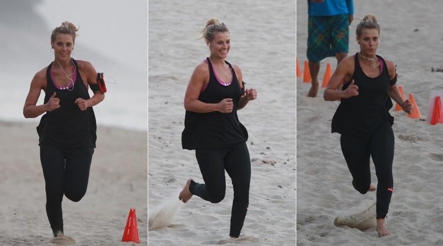 29.jul.2013 - Carolina Dieckmann se exercitou na tarde desta segunda na praia da Barra da Tijuca, zona oeste do Rio. A atriz estará na próxima novela das seis da Globo,