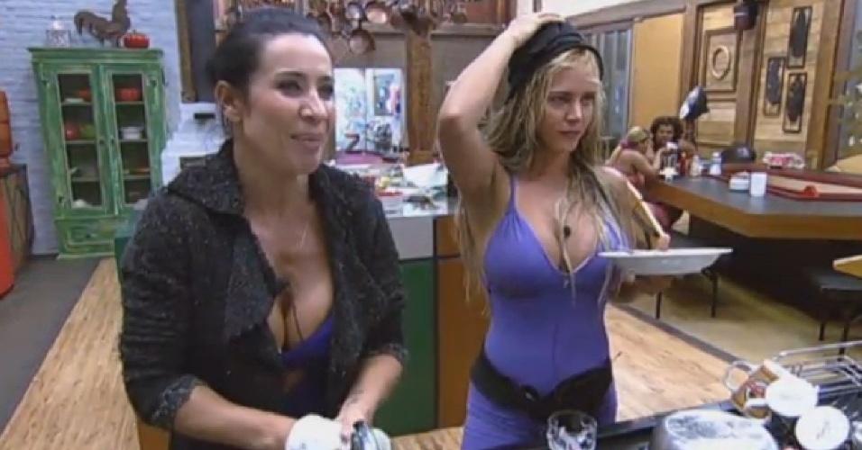 29.jul.2013 - Denise mostra rapidamente o resultado da descoloração nos cabelos