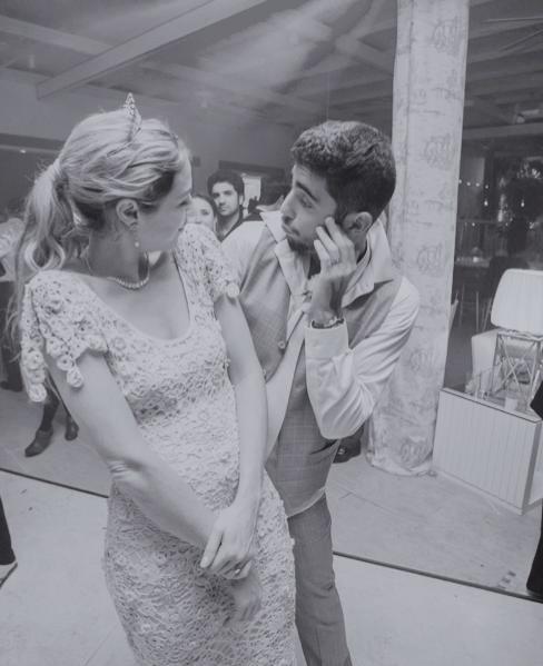 29.jul.2013 - Luana Piovani divulgou uma imagem do casamento com Pedro Scooby que aconteceu neste fim de semana. Na foto, o casal aparece se divertindo na pista de dança