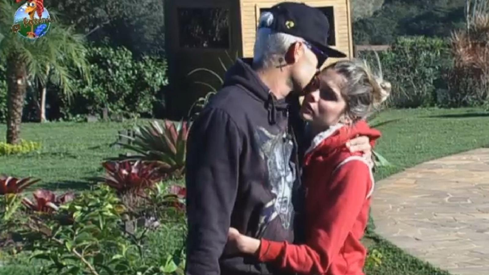 29.jul.2013 - Mateus e Bárbara trocam carinhos na manhã desta segunda-feira