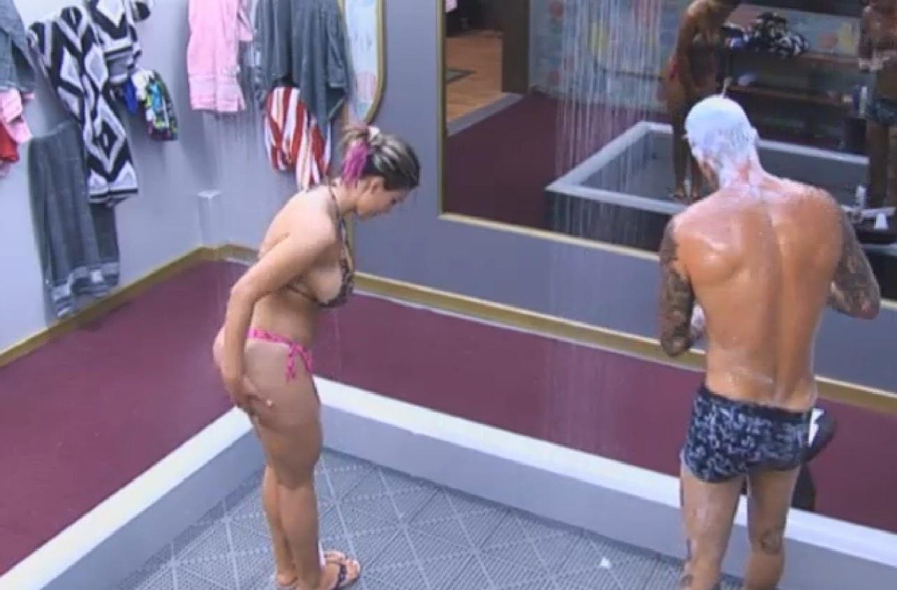 29.jul.2013 - Transmissão volta ao normal e mostra Mateus e Andressa no banho