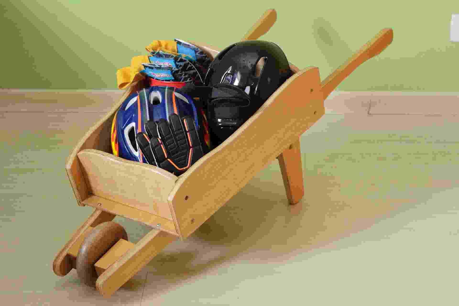 A charmosa carriola de madeira foi usada por Cristina Papazian para armazenar capacetes, luvas, joelheiras e outros equipamentos de proteção. (organizeassim.blog.uol.com.br) - Fernando Donasci/UOL