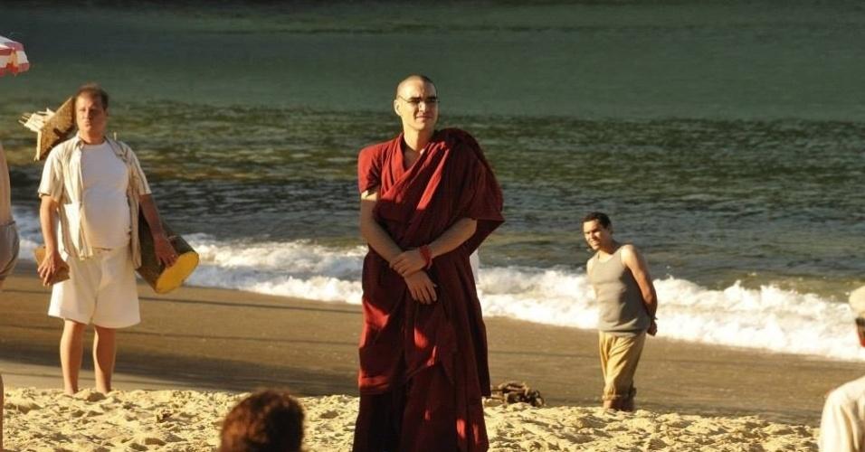 """Careca para viver um monge na nova novela das seis, """"Joia Rara"""", o ator Caio Blat grava cenas na praia Vermelha, no Rio"""