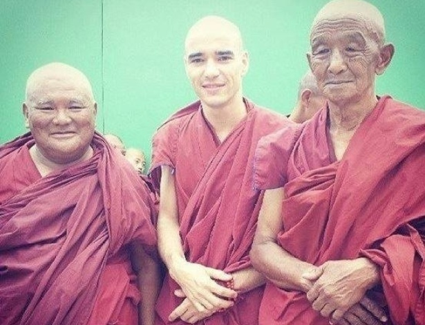"""Careca para viver um monge na nova novela das seis, """"Joia Rara"""", o ator Caio Blat gravou cenas da trama de Thelma Guedes e Duca Rachid no Nepal"""