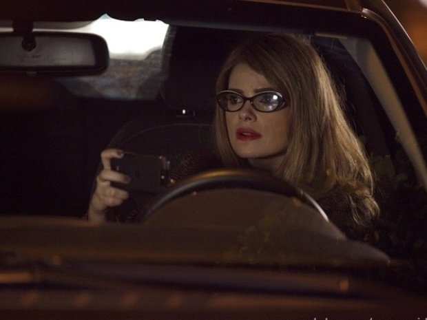 """Em """"Amor à Vida"""", Aline se disfarça e flagra Félix na casa de Anjinho"""