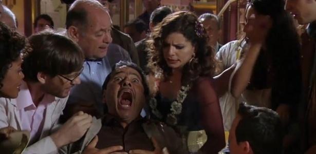 """Em """"Saramandaia"""", Cazuza (Marcos Palmeira) é acudido por amigos antes de pôr coração pela boca"""