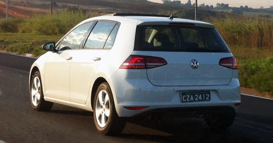 Novo Volkswagen Golf 7 foi visto sem disfarces pelo leitor Samuel Gomes na Rodovia Castello Branco, em São Paulo, próximo à cidade de Sorocaba