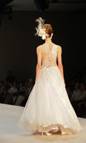 Vestido com corpo de renda e drapeado com tule point d'spreet, da Solaine Piccoli; a partir de R$ 10.200