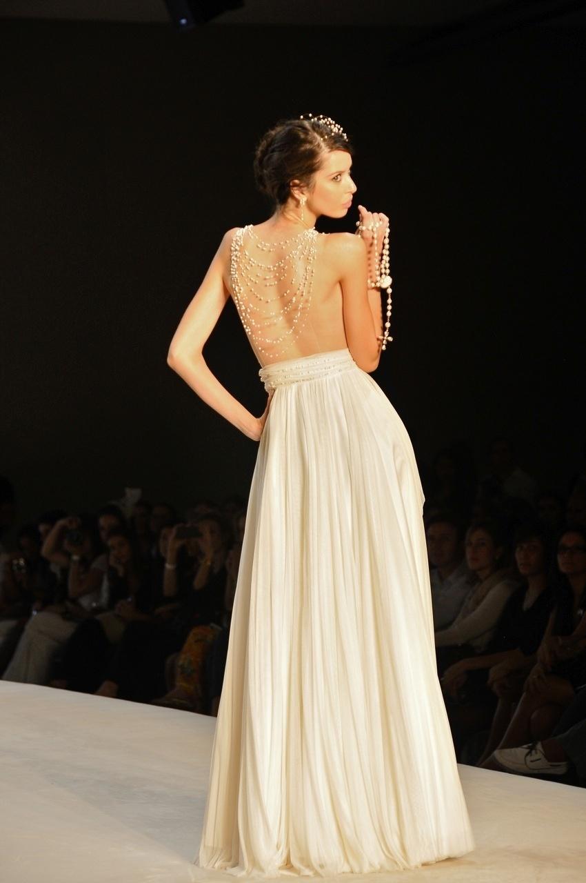 Vestido com corpo em tule ilusion e pérolas aplicadas, da Solaine Piccoli; a partir de R$ 10.200