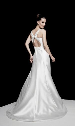 Vestido com decote em U nas costas enfeitado por um laço, da Pronuptia; por R$ 6.530
