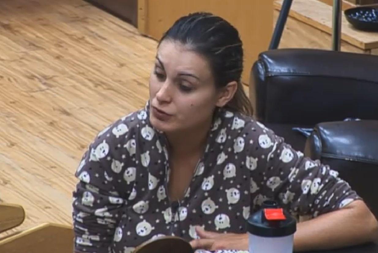30.jul.2013 - Andressa conta para Bárbara sobre rusga com Ivo Meirelles pela manhã
