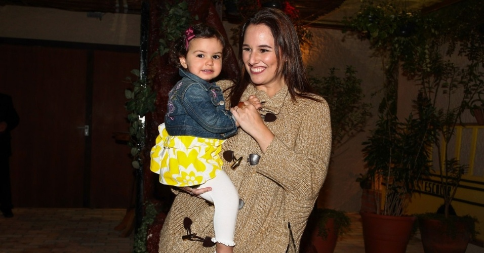 30.jul.2013 - Mariana Belém e a filha, Laura,  prestigiaram o aniversário de cinco anos de Gabriel, filho de Astrid Fontenelle. O evento aconteceu em São Paulo e teve como tema o filme