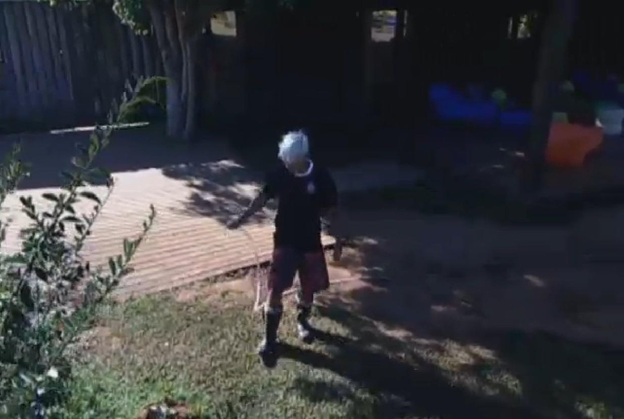 30.jul.2013 - Mateus Verdelho rega horta da fazenda