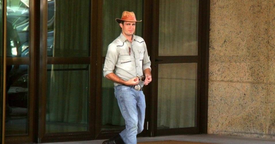"""30.jul.2013 - Vestido de cowboy, Max Fercondini gravou cenas de """"Flor do Caribe"""", no Rio. Na trama ele é Ciro"""