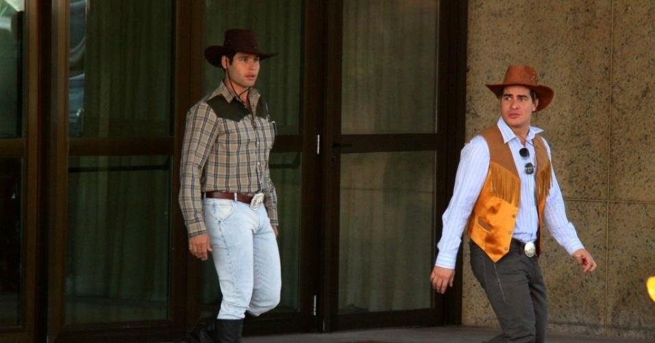 """30.jul.2013 - Vestidos de cowboys, Dudu Azevedo e Thiago Martins gravaram cenas de """"Flor do Caribe"""", no Rio. Na trama eles são Amadeu e Rodrigo, respectivamente"""