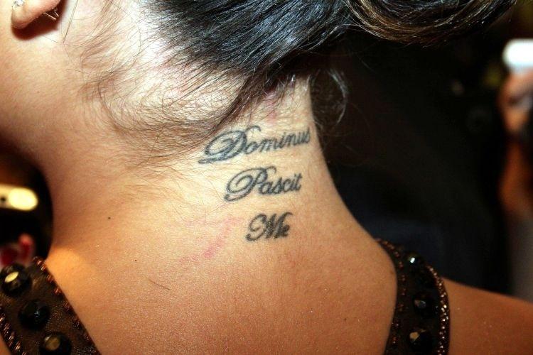 """A atriz Ísis Valverde tatuou na nuca a frase """"o Senhor é meu pastor"""" em latim"""