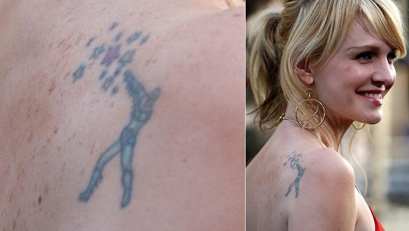 A atriz Kathryn Morris colocou um herói e algumas estrelas em suas costas