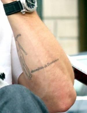 'Absurdités de l'existence' (absurdos da existência) no braço de Brad Pitt