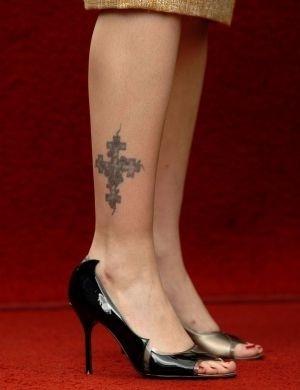 As pernas de Drew Barrymore tem uma cruz que simboliza os quatro evangelistas