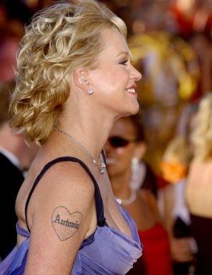 Casada com Antonio Banderas, Melanie Griffith tem o nome do marido no braço