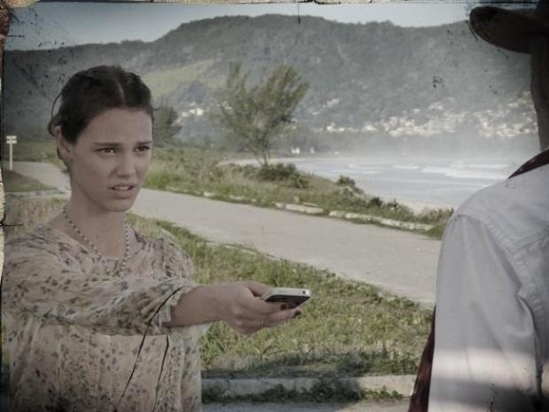 """Em """"Saramandaia"""", Tiago e Vitória se escondem quando Stela e e Zico se encontram"""