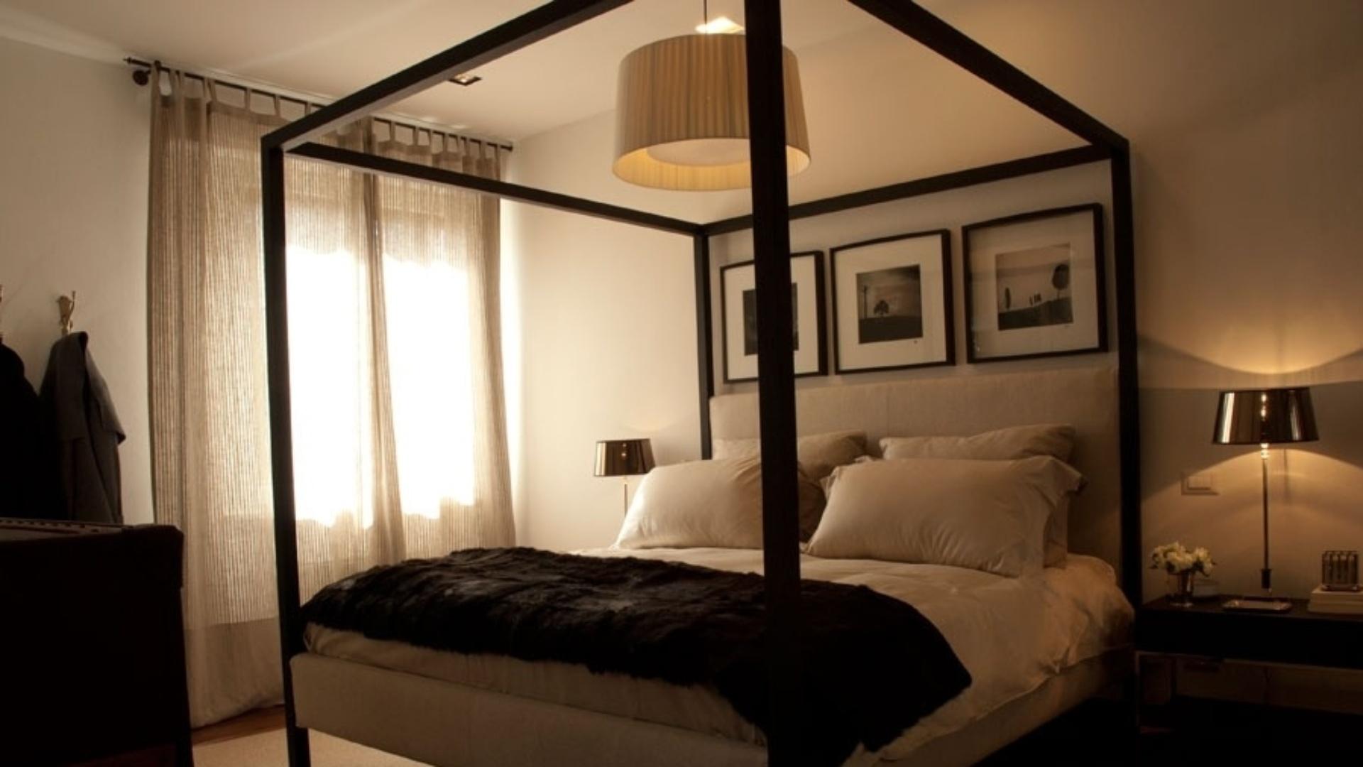 Esta cama com dossel, feita de madeira ebanizada, é uma versão moderna do móvel medieval. O quarto de casal foi projetado pela designer de interiores Paola Ribeiro