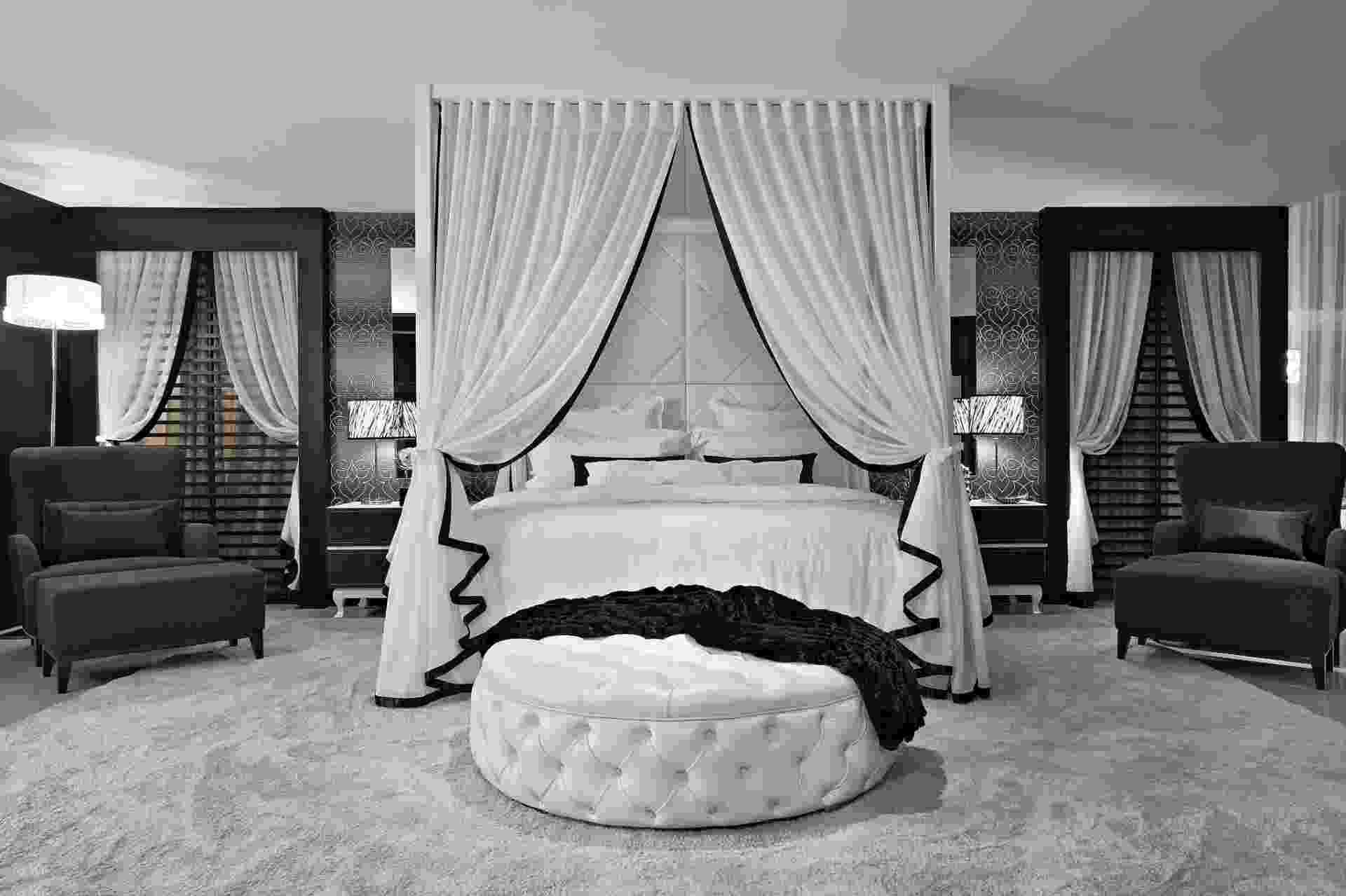 """Inspirado no filme """"O Artista"""", o quarto de casal, projetado pelo arquiteto Max Mello, tem atmosfera requintada. A cama com dossel foi fabricada em madeira laqueada branca e as cortinas de linho arrematadas com seda preta - Jomar Bragança/Divulgação"""