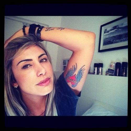 """Jaque Khury mostrou a tatuagem em homenagem ao namorado Rafael Mello: """"Chega de esconder! New tattoo!! Amo demais @rafaelvmello para sempre!"""", escreveu a ex-BBB"""