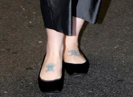 Kelly Osbourne tem duas caveirinhas tatuadas nos pés