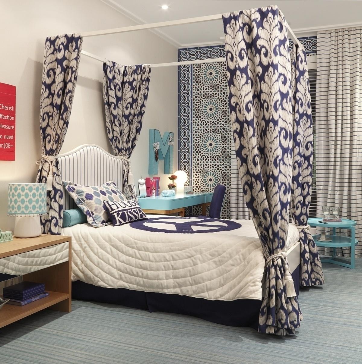 Neste quarto de adolescente, a cama com dossel é recoberta por tecido jacquard com estampa estilo ikat na cor carbono, que harmoniza com o restante da decoração. O projeto é das arquitetas Maria Claudia e Maria Paula Brasil, da Maria Brasil Arquitetura
