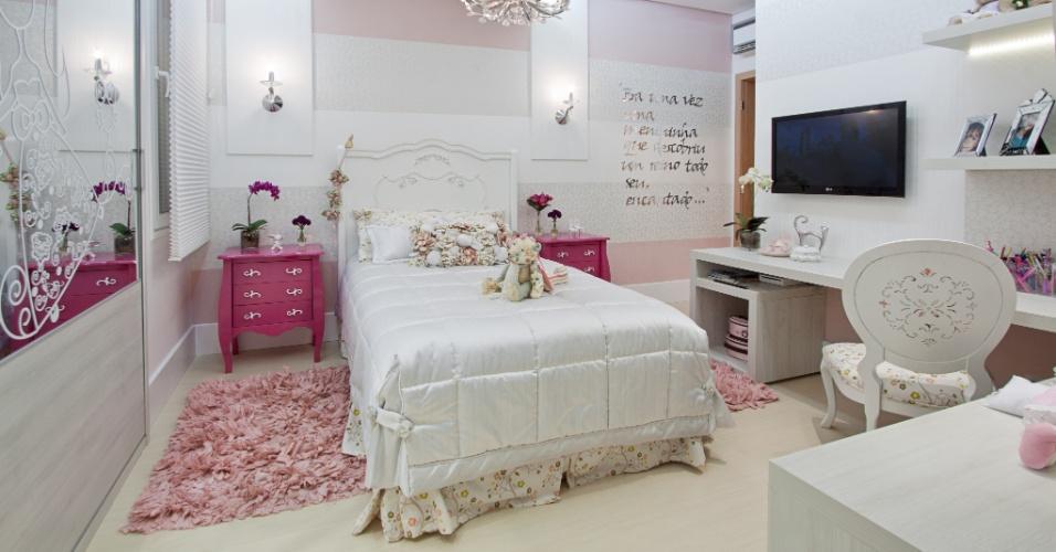 No dormitório infantil projetado pela arquiteta Adriana Lima, a releitura dos antigos dosséis mescla os estilos provençal e moderno, e resulta numa atmosfera que lembra os contos de fadas. O dossel é feito em gesso com arabescos em acrílico recortado a laser