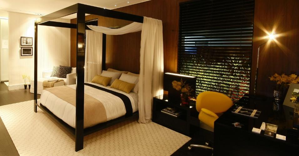 No projeto da arquiteta Kity Achilles, a ideia era compor um quarto sóbrio. No ambiente, a cama de madeira laqueada em preto brilhante contrastou com as cortinas de linho branco