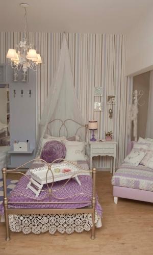 No projeto das designers de interiores Eliane Birchal e Maíra Franco, em parceria com a loja Villa Maria, o dossel em voal confere delicadeza e graça ao quarto de uma menina