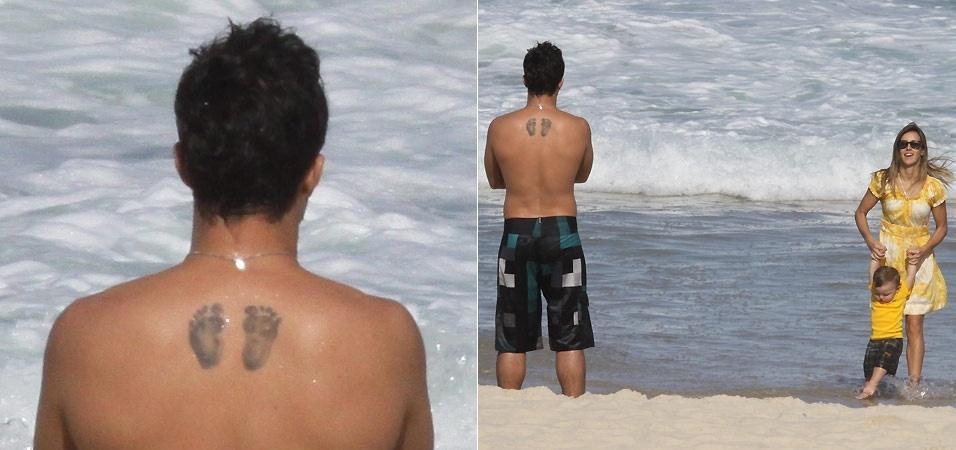 O ator Thiago Rodrigues tatuou os pezinhos do filho Gabriel em suas costas. Gabriel é o primeiro filho do ator e da apresentadora Cristiane Dias (na foto, brincando com Gabriel)