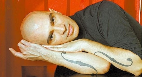O cantor Edson Cordeiro tem o desenho das aberturas acústicas de um violino