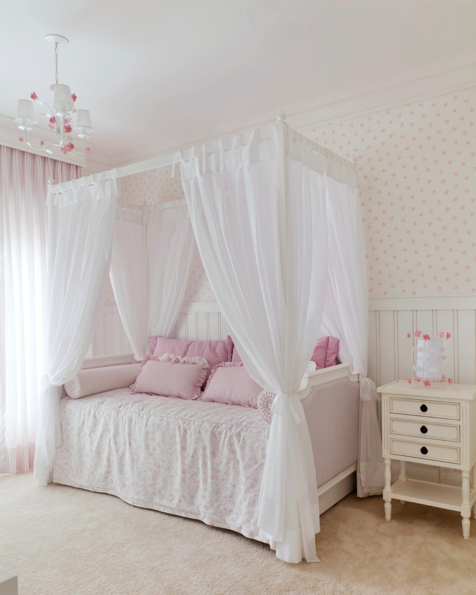 Projetado pelo arquiteto Bruno Batistela, da Kwartet Arquitetura, o dormitório de menina ganha ares de quarto de princesa. A cama é feita em madeira laqueada e o voal que recobre o móvel é de algodão