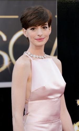 24.02.2013 - Com os fios curtíssimos, Anne Hathaway apenas escovou os fios para a frente, mantendo a aparência natural do cabelo