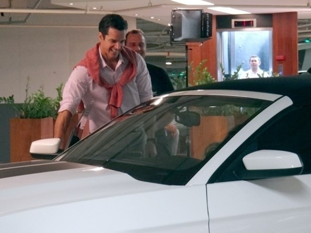 """30.jul.2013 - Carlos Machado grava primeiras cenas como o ricaço Ignácio, o novo alvo de Valdirene em """"Amor à Vida"""". O ator, esteve no estacionamento de um shopping da Zona Sul do Rio de Janeiro para rodar uma sequência ao lado de Tatá. Em cena prevista para ir ao ar no dia 16 de agosto, Ignácio irá pedir a """"piradinha"""" em casamento"""