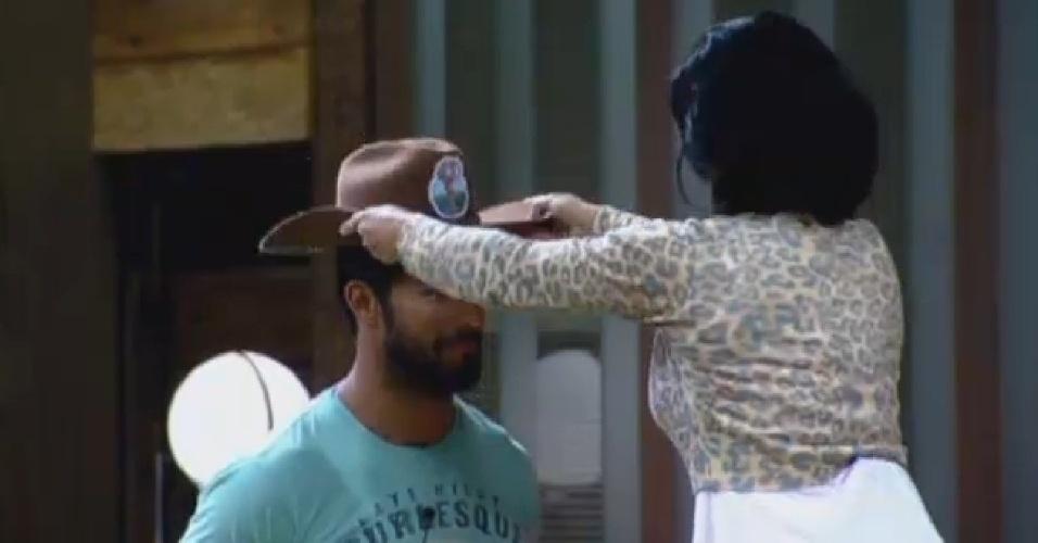30.jul.2013 - Scheila Carvalho passa o chapéu de Fazendeiro para Beto Malfacini