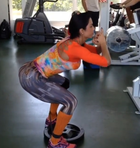 31.jul.2013 - Gracyanne Barbosa malha pesado na academia