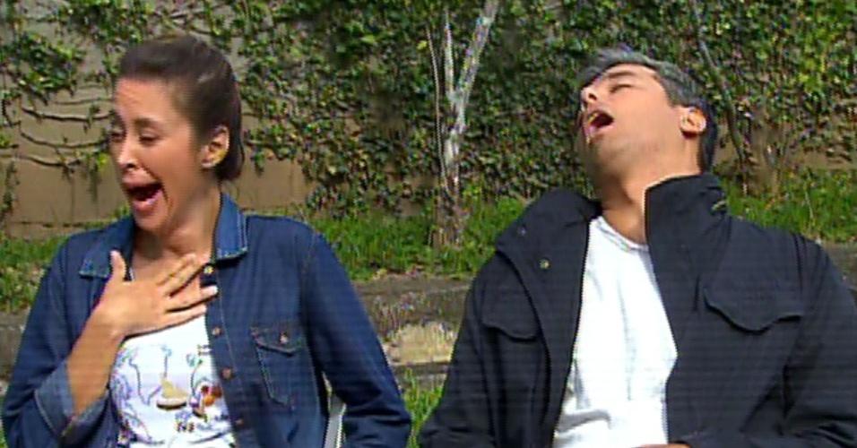 31.jul.2013 - Otaviano Costa e Dani Monteiro brincam e fingem tirar cochilo enquanto os dublês usados para a simulação de atropelamento gravam cenas se jogando sobre um carro