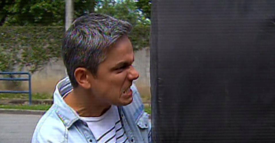 """31.jul.2013 - Otaviano Costa faz careta ao disputar colchão com Dani Monteiro . Os repórteres do """"Vídeo Show"""" fizeram uma reportagem sobre como fazer uma cena de atropelamento"""