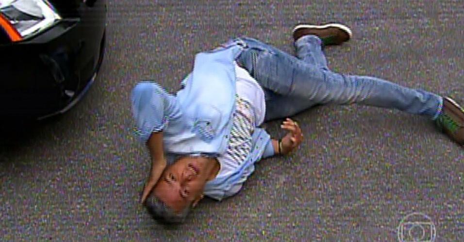"""31.jul.2013 - Otaviano Costa se joga no chão em sua estreia no """"Vídeo Show"""". Ele e Dani Monteiro fizeram uma reportagem sobre cenas de atropelamento"""