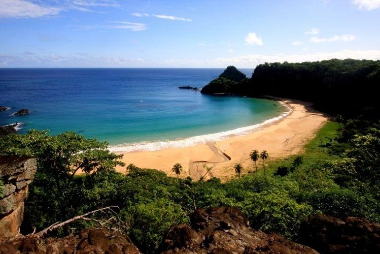 A Baía do Sancho abriga uma das mais famosas praias de Fernando de Noronha