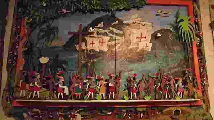 A cena do Descobrimento do Brasil, quadro em madeira do artista Tarcísio Andrade, na loja Alma Brasileira, em Natal - Cris Gutkoski/UOL