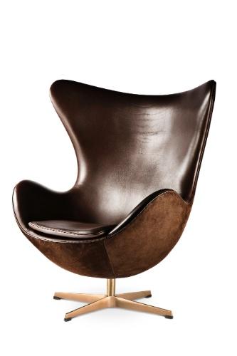 A poltrona Egg Chair, do designer Arne Jacobsen para a marca Fritz Hansen, tem base em alumínio polido. A peça revestida de couro sai a partir de R$ 55.910,76. O valor é sugerido pela Atec (www.atec.com.br), representante da marca no Brasil I Preços pesquisados em julho de 2013 e sujeitos a alterações