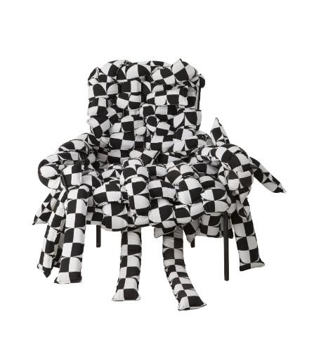A poltrona Underconstruction Homelles, desenhada pelo designer Pedro Paulo Franco, possui assento trançado em tecido e espuma. O móvel (70 cm por 60 cm por 70 cm) está à venda na A Lot Of (www.alotof.com.br) por R$ 6.900 I Preços pesquisados em julho de 2013 e sujeitos a alterações
