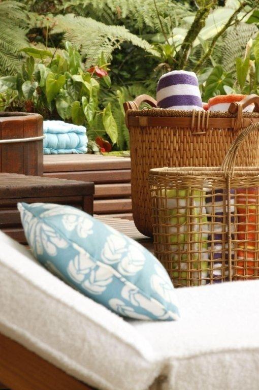 Charmosas cestas de palha guardam toalhas e reforçam o clima agradável da decoração. A Casa Iporanga tem projeto de reforma assinado pela designer de interiores Marília de Campos Veiga