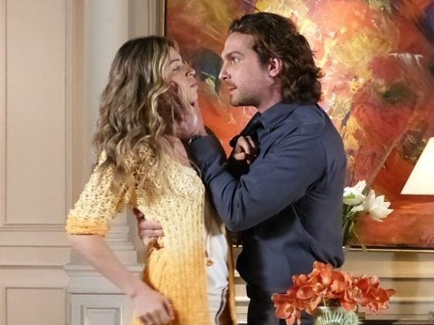 """Em """"Flor do Caribe"""", Alberto tem ataque de fúria após ser engando por Ester"""